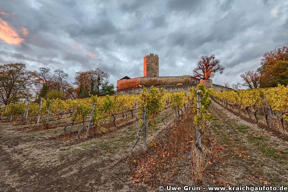 Dramatischer Himmel zum Sonnenuntergang an der Burg Steinsberg