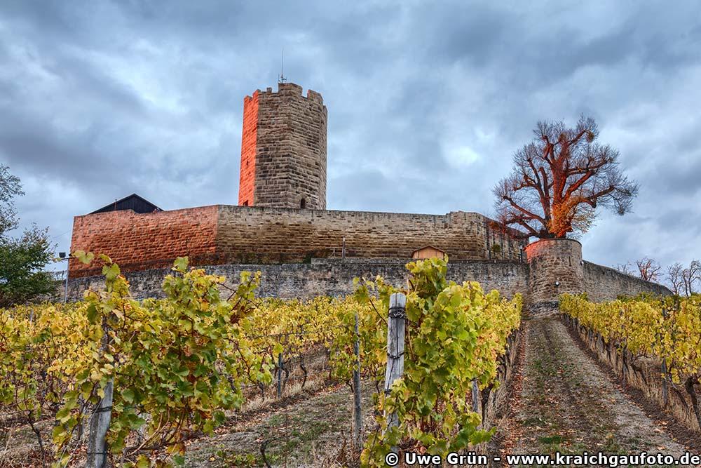 Burg Steinsberg mit roten Highlights durch den Sonnenuntergang